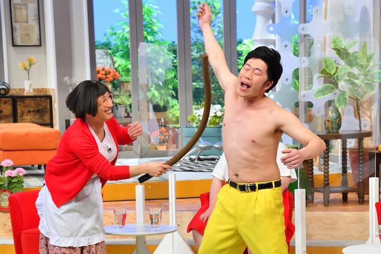 長い棒を使った乳首ドリルを披露するすっちーと吉田裕。