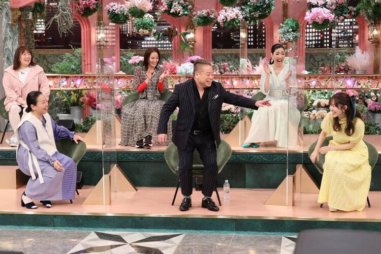 ゲストの出川哲朗(前列中央)とトークィーンズたち。(c)フジテレビ