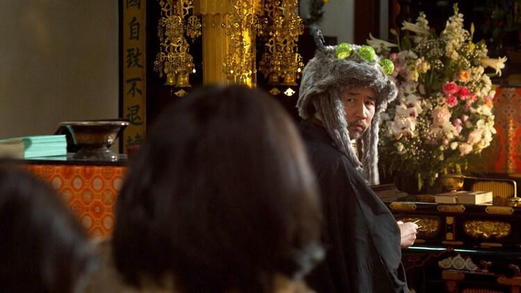 お~い!久馬演じる新興宗教の教祖。