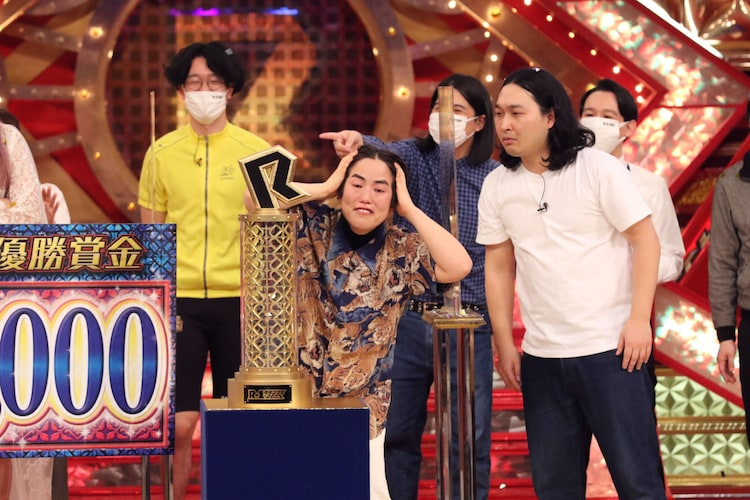 優勝に感激した様子を見せ、両手で顔を覆ったあと、披露した表情でボケる、ゆりやんレトリィバァ。