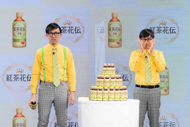 「ハリウッド映画モノマネ」を披露するこがけん(左)と盛り上げるおいでやす小田(右)。