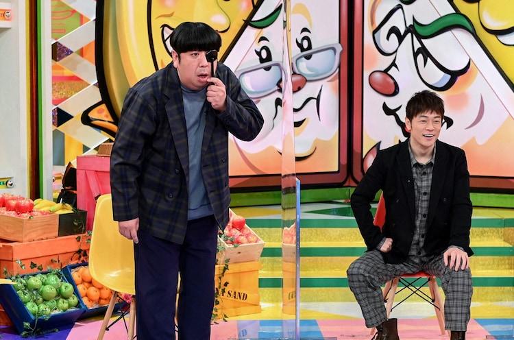 陣内智則(右)のネタ「視力検査」にバナナマン日村(左)が挑む場面。(c)TBS