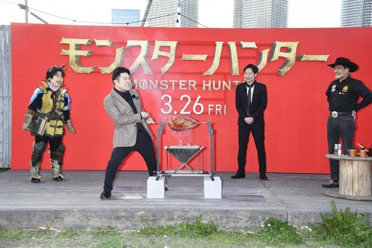映画「モンスターハンター」公開直前イベントで肉を焼く様子。左から、ゆりやんレトリィバァ、和牛・水田、和牛・川西、日本バーベキュー協会の下城民夫会長。