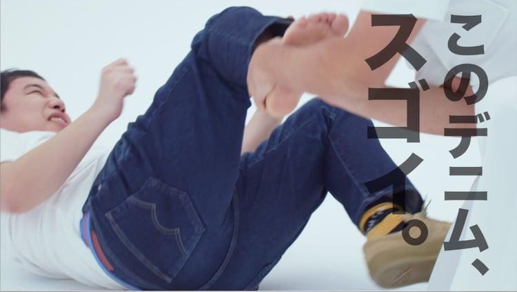せいやが足ツボマッサージを受け続けるWeb限定ムービーのワンシーン。
