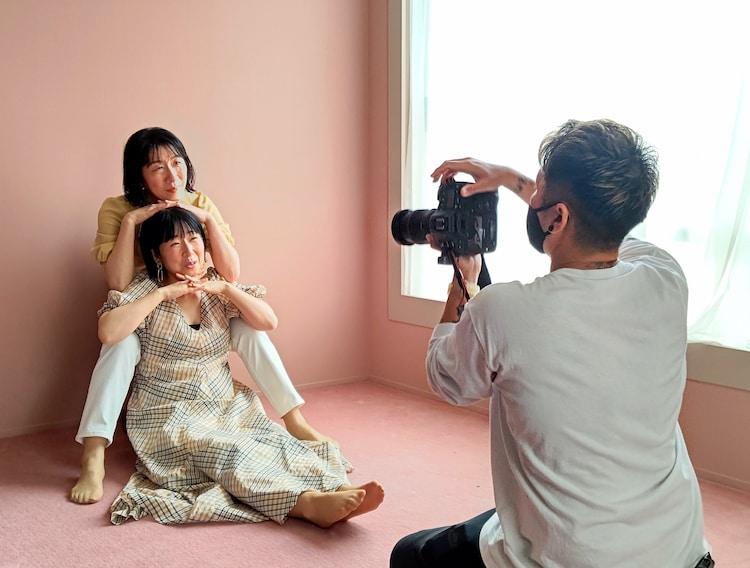 写真を撮影する阿佐ヶ谷姉妹。(c)日本テレビ
