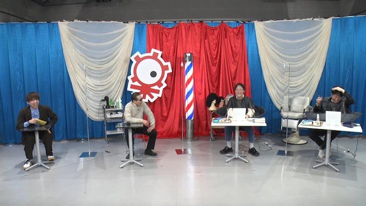「タモリ倶楽部」でアインシュタイン稲田(右から2人目)とNON STYLE井上(右端)がセルフヘアカット対決をしている様子。(c)テレビ朝日