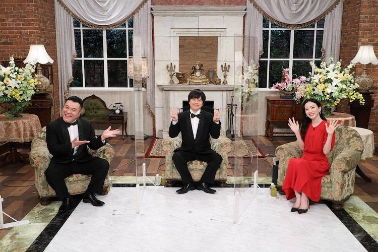 「お笑い脱出ゲーム2」MCの(左から)アンタッチャブル山崎、バカリズム、永野芽郁。(c)フジテレビ