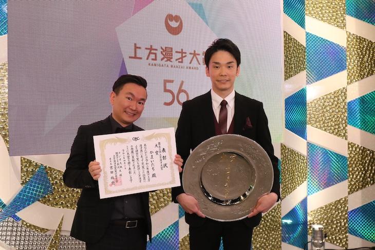 「第56回上方漫才大賞」大賞を受賞した、かまいたち。左から、山内、濱家。(c)関西テレビ