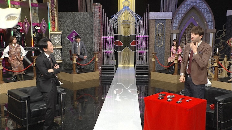 左から有吉弘行、サッシャ。(c)日本テレビ