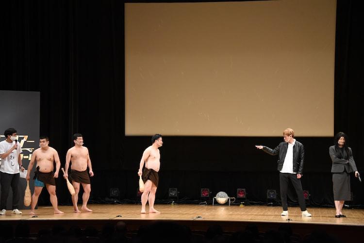 サイコメトラーTAICHI(右から2人目)がなかなか名乗らず、変な間が生まれた場面。