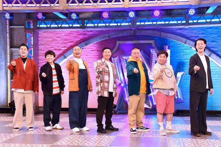 「新しいカギ」に出演する(左から)ハナコ、チョコレートプラネット、霜降り明星。「新しいカギ」ポーズで写真撮影に臨んだ。