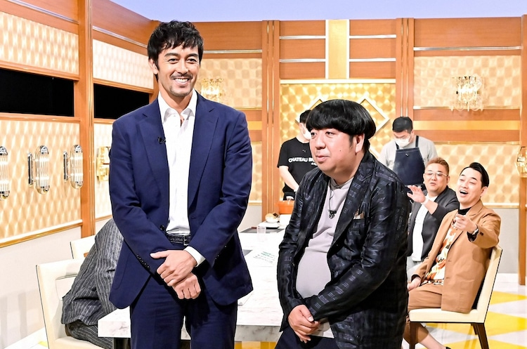 (手前左から)阿部寛、バナナマン日村。(c)TBS