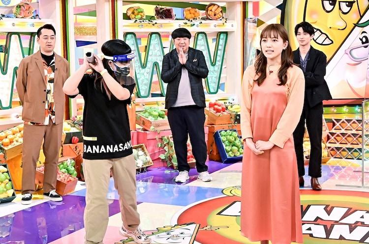 川口春奈(手前右)ら。(c)TBS