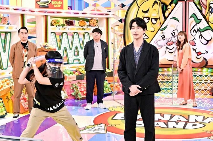 横浜流星(手前右)ら。(c)TBS