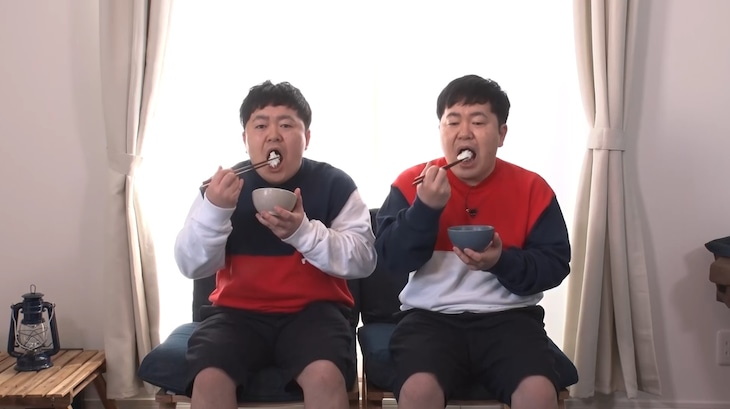 「それって!?実際どうなの課」で「よく噛んで食べると痩せる」という説が本当かどうか確かめる、ザ・たっち。左から、兄のたくや、弟のかずや。(c)中京テレビ