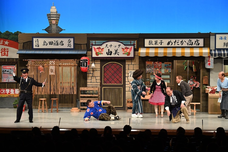 2019年にチャーリー浜(左端)が出演した「吉本新喜劇60周年開幕イベント~60周年だよ!吉本新喜劇!~」のワンシーン。(c)吉本興業