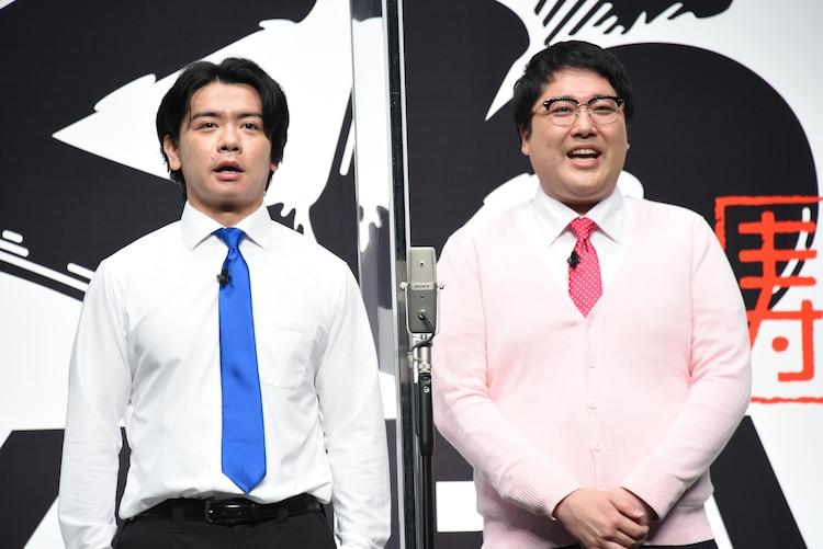くら寿司にまつわるネタを披露したマヂカルラブリー。「でっかい海老でーす」とあいさつする野田クリスタル(左)と村上(右)。