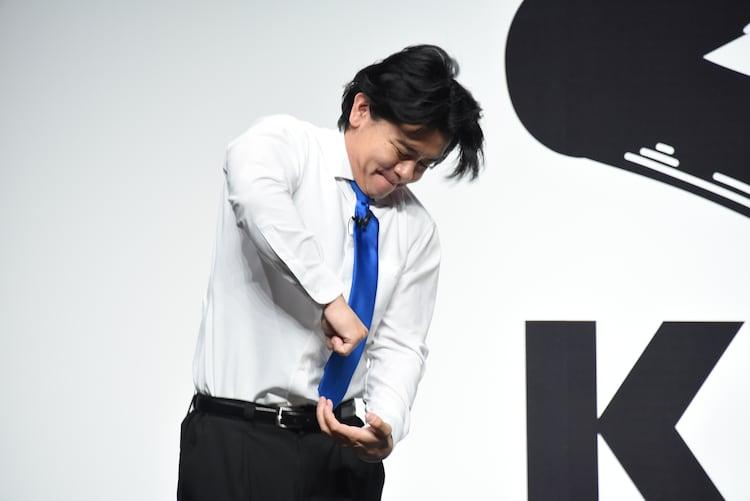 くら寿司が採用している抗菌寿司カバー「鮮度くん」をこじ開ける野田クリスタル。