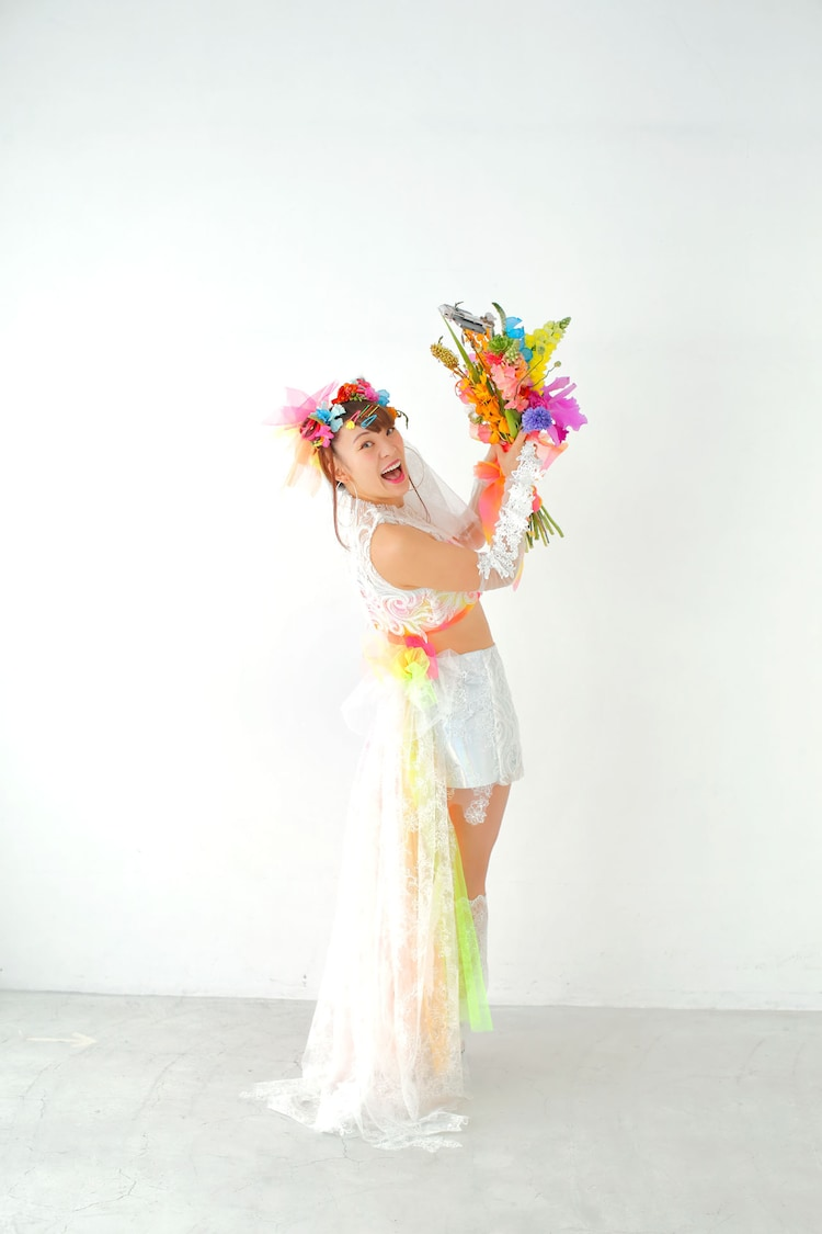 「ゼクシィ海外ウエディング 2021 Summer&Autumn」の特集に登場するフワちゃん。
