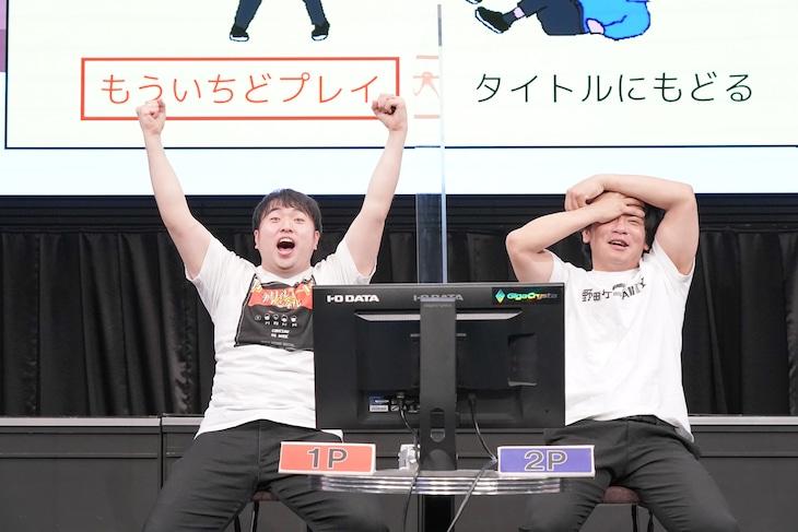 野田クリスタル(右)を倒したガーリィレコード高井(左)。