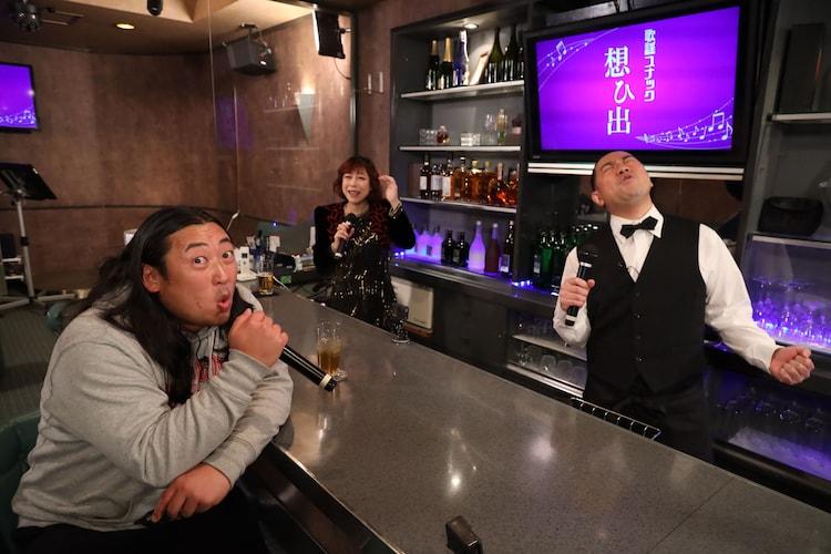 「鬼奴&RGの歌謡スナック想ひ出」に来店したゲストのロバート秋山(左)。