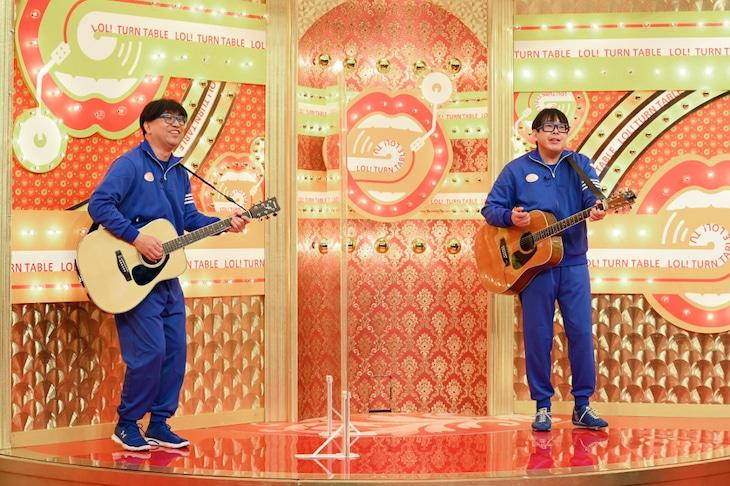 テツandトモ・トモに扮するレイザーラモンRG(左)と、トモ本人(右)。(c)TBS