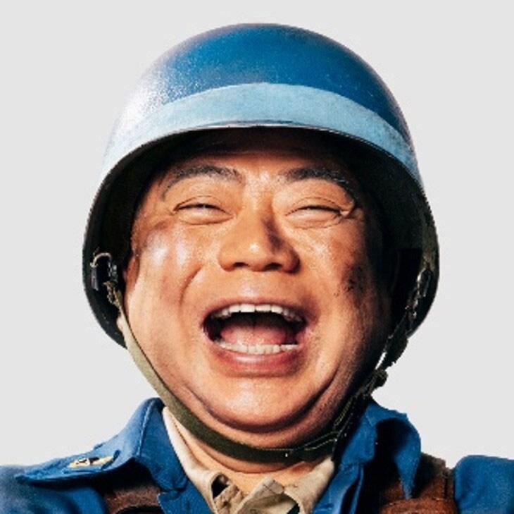 隊長に扮する出川哲朗。
