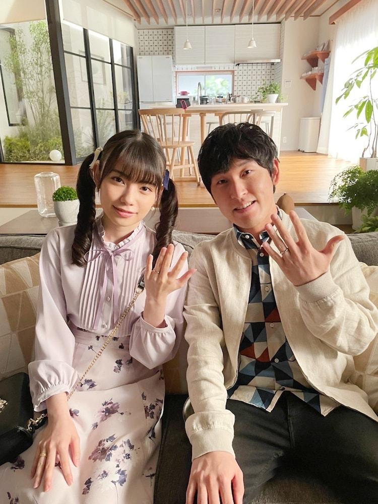 「金曜ドラマ『リコカツ』」で新婚夫婦を演じる宮下草薙・宮下(右)とあかせあかり(左)。(c)TBS
