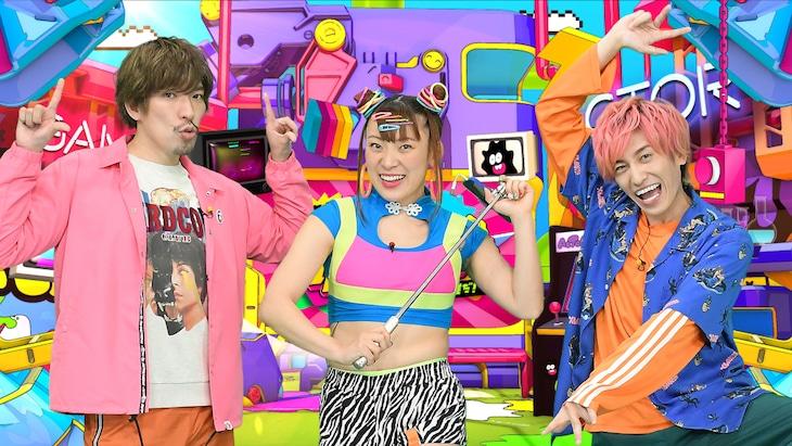 「『見破れ!アクター&リアクター』~全部知っているのは誰だ!?~」に出演するEXITとフワちゃん(中央)。(c)TBS