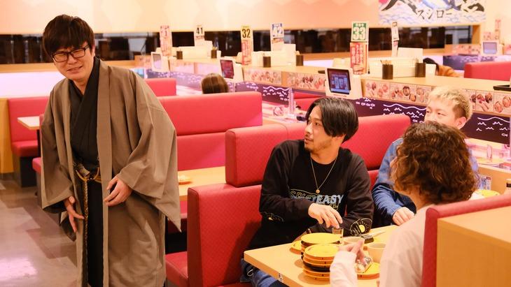「ひとりで飲めるもん!」第8話より、ラバーガール飛永扮する師匠(左)。