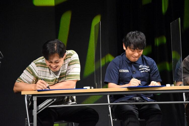 「松崎克俊の世界一受けたい授業」のメモを取るアルコ&ピース。