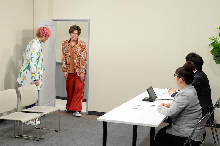 入室するEXIT(左)。(c)ABCテレビ