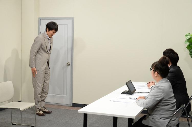 入室する千原ジュニア(左)。(c)ABCテレビ