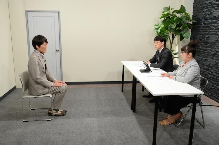 架空の面接試験に臨む千原ジュニア(左)。(c)ABCテレビ