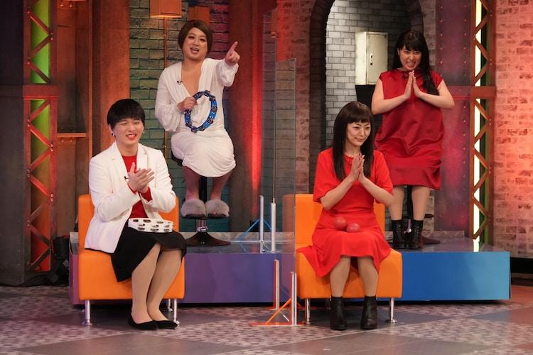 「AIがジャッジ!発音カラオケ」に出演する(前列左から)Mr.シャチホコ、みかん、(後列左から)チョコレートプラネット松尾、丸山礼。(c)フジテレビ