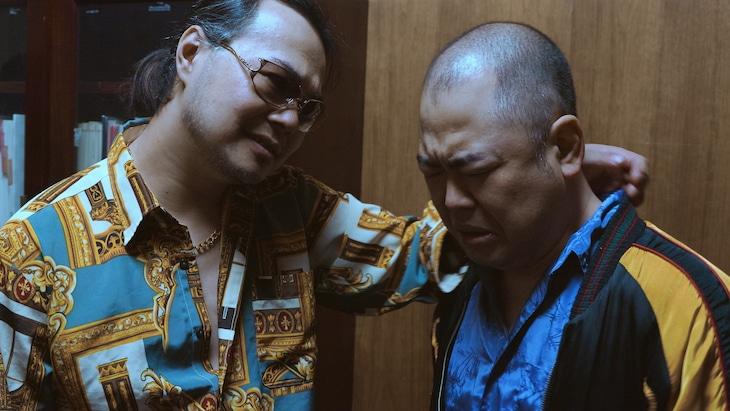 「復讐代行人」より。左から中山功太、武井志門。
