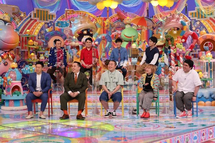 「アメトーーク!」に「大学お笑いサークル芸人」として出演する(前列左から)ミルクボーイ、ハナコ岡部、ラランド・サーヤ、マヂカルラブリー村上、(後列左から)ななまがり、トンツカタン森本、令和ロマン・高比良くるま。(c)テレビ朝日