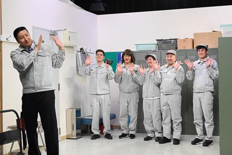 工場を舞台としたコントのワンシーン。(c)TBS