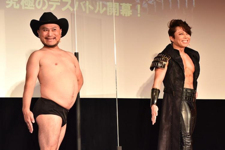 ハリウッドザコシショウ(左)が西川貴教(右)にカッコよく見えるポージングを伝授された場面。