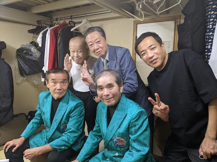 漫才協会の外部理事に就任した高田文夫(後列中央)と、青空球児・好児(手前)、昭和こいる(後列左)、ナイツ塙(後列右)。
