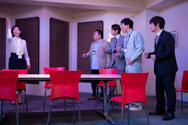 木村多江が4人の男性を翻弄するコント「ゲーム性の高い修羅場」のワンシーン。
