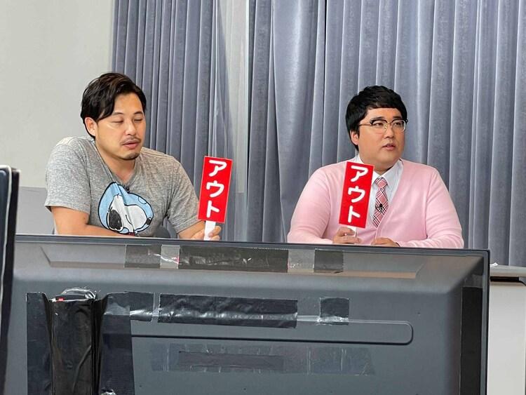「問題発言ひょっこりはん」で判定するアルコ&ピース平子(左)、マヂカルラブリー村上(右)。