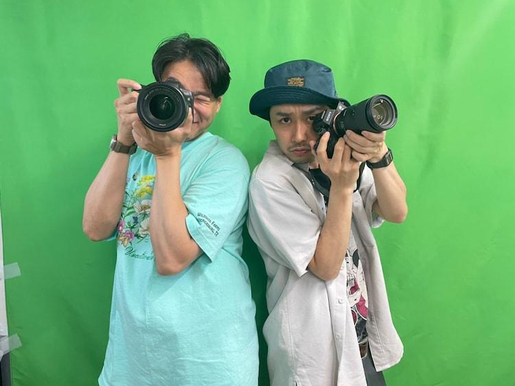 マンゲキメンバーの写真を撮影したポートワシントン笠谷(右)とアシスタントを務めた田津原理音(左)。