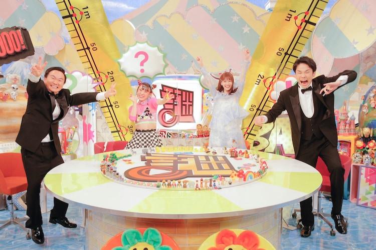「かまいたちの謎NSアワード」に出演する(左から)かまいたち山内、フワちゃん、生見愛瑠、かまいたち濱家。(c)フジテレビ