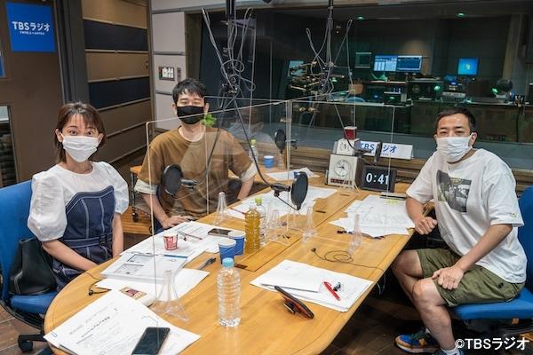 ナイツと出水麻衣TBSアナウンサー(左)。(c)TBSラジオ