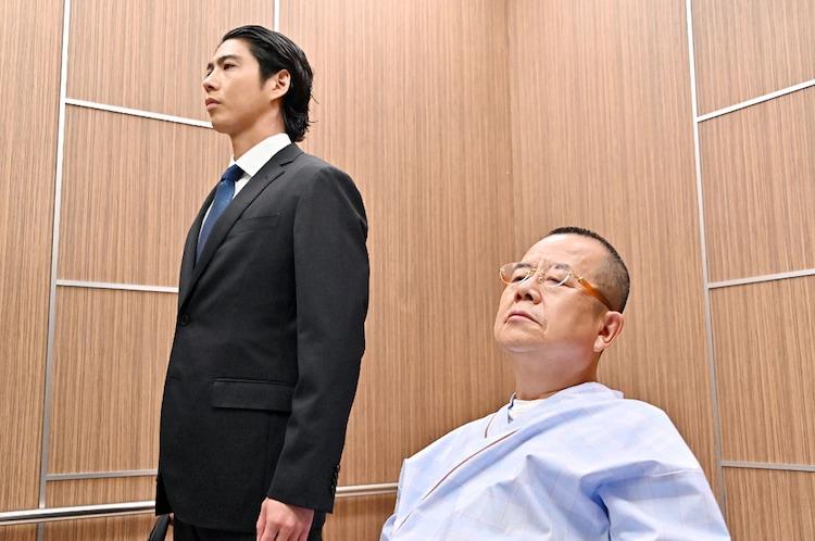 「TOKYO MER~走る緊急救命室~」第5話より、賀来賢人演じる音羽(左)と桂文珍演じる天沼(右)。