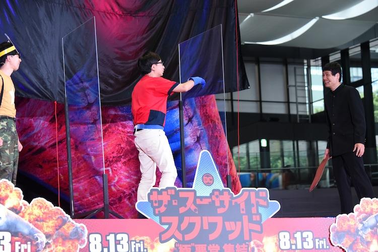 もう中学生の勝手ぶりにツッコミを入れるおいでやす小田(中央)。