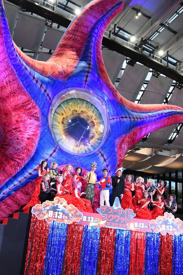 バーレスク東京のダンサーたちを交えたフォトセッションの様子。