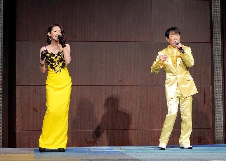 演歌歌手・大石まどかの新曲「茜の炎」発表会で「愛が生まれた日」のデュエットを披露する(左から)大石まどか、ダンディ坂野。