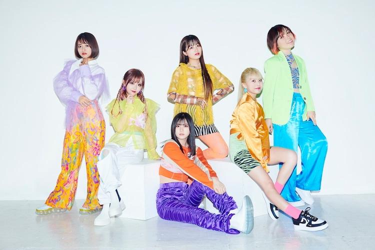 Rocket Punchの楽曲「Bubble Up!」に合わせてダンスを披露した尼神インター誠子、Kirari、すみぽん、りせり、三原羽衣、セイナ。(c)caelum 2021 all right reserved.